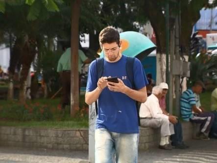 Rapaz com celular